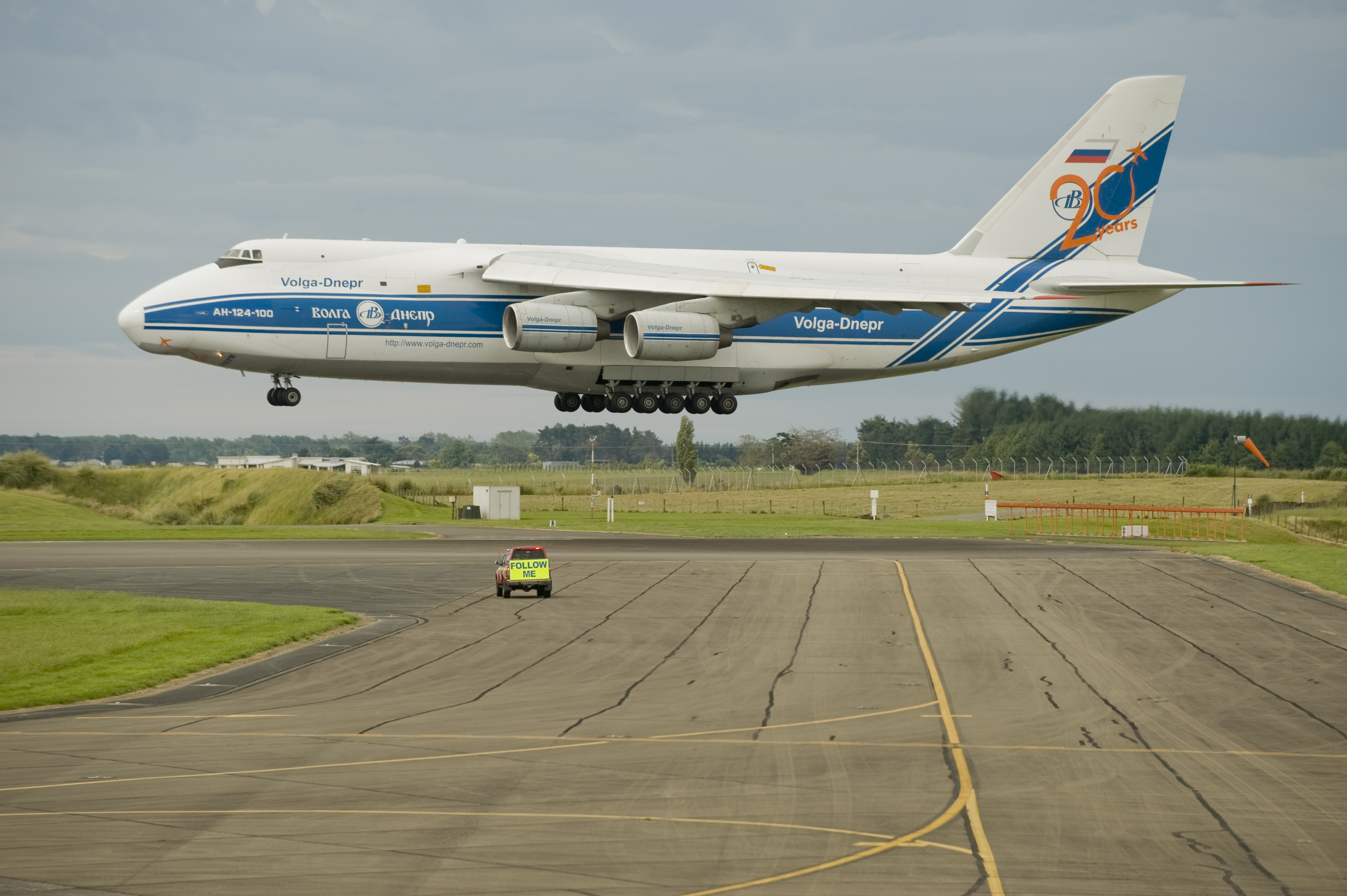 Antonov_AN124-100_landing_at_RNZAF_Base_Ohakea