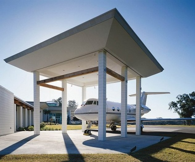 AD-John-Travoltas-House-Is-A-Functional-Airport-With-Runways-14